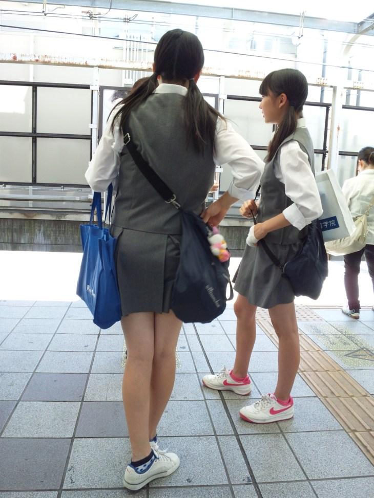 めっちゃ脚が細い制服女子校生!