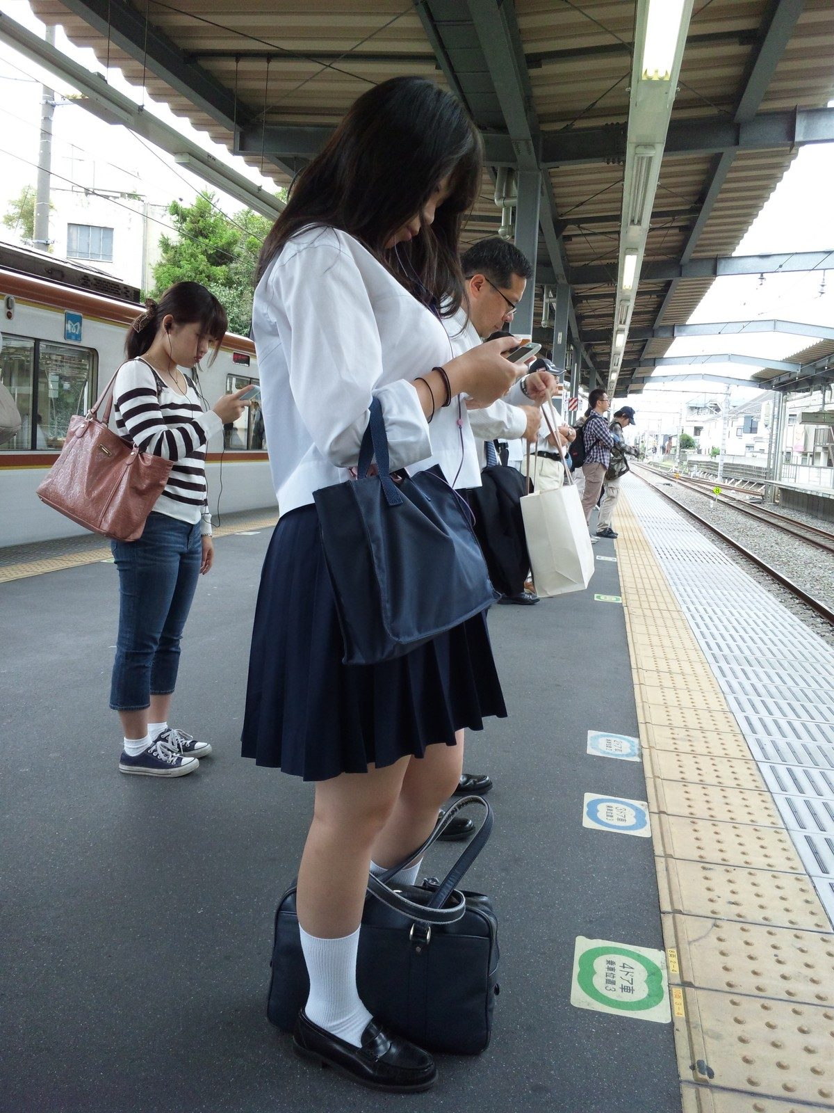 美脚と着衣巨乳が気になる女子校生!