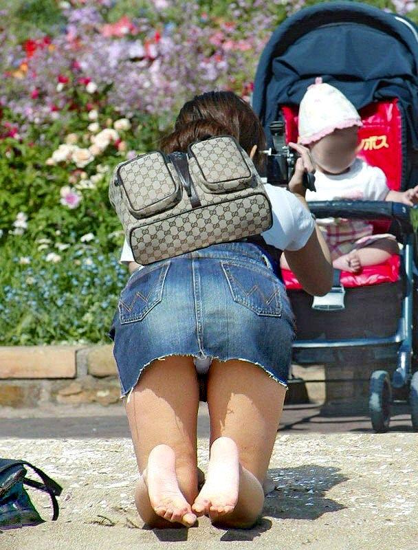 四つん這いで純白パンツが丸見えの子連れママ!
