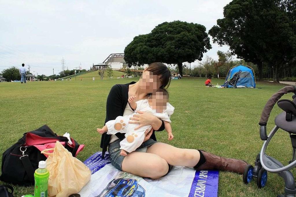 公園で子供を抱っこしてパンチラ写真を撮る!