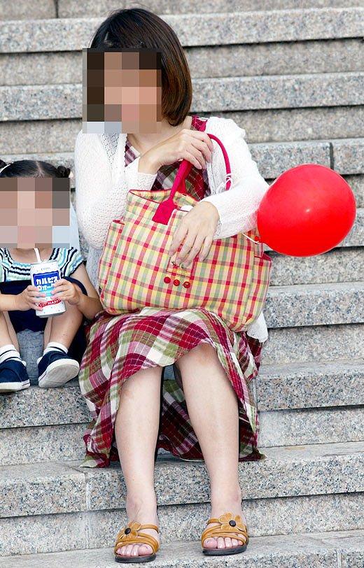 階段で無防備に座る人妻のパンチラ!