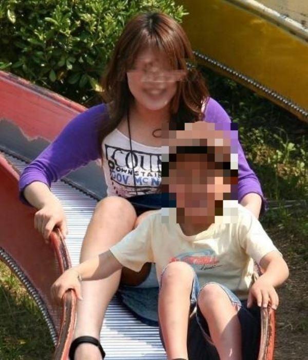 子供と滑り台を滑りパンチラする人妻!