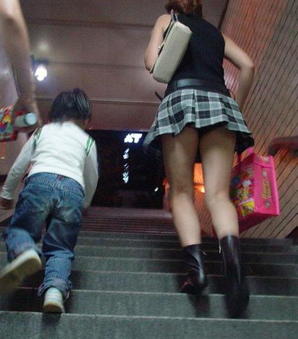子供と階段をのぼる人妻の逆さ撮りパンチラ!