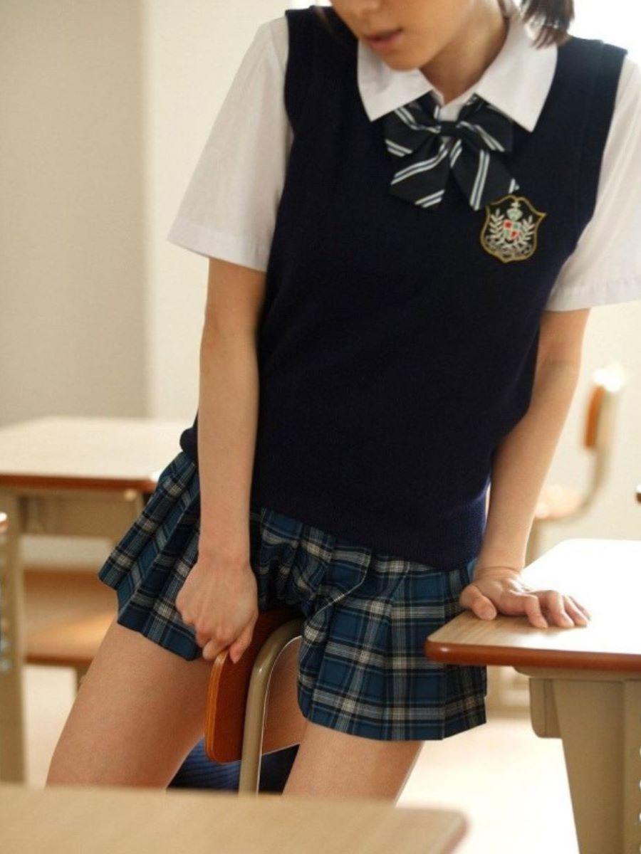 椅子に跨って制服の上からマンコを刺激する!