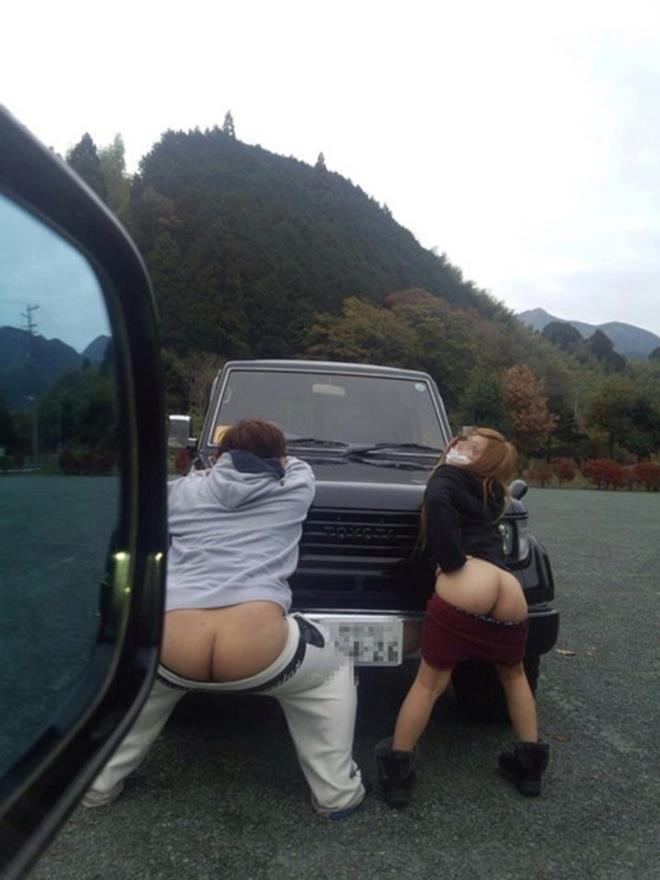 駐車場でパンツを下ろしてお尻を露出!