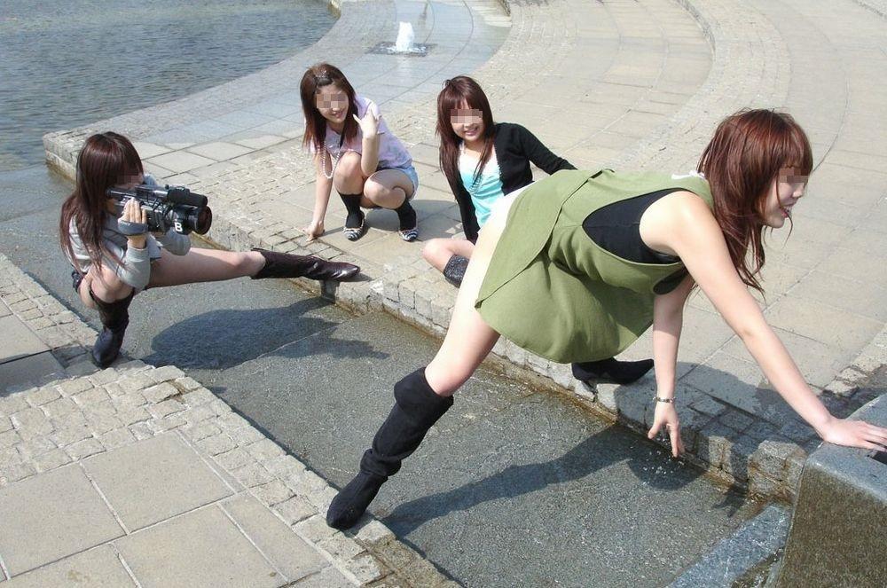 友人の卑猥なポーズを撮影してる!