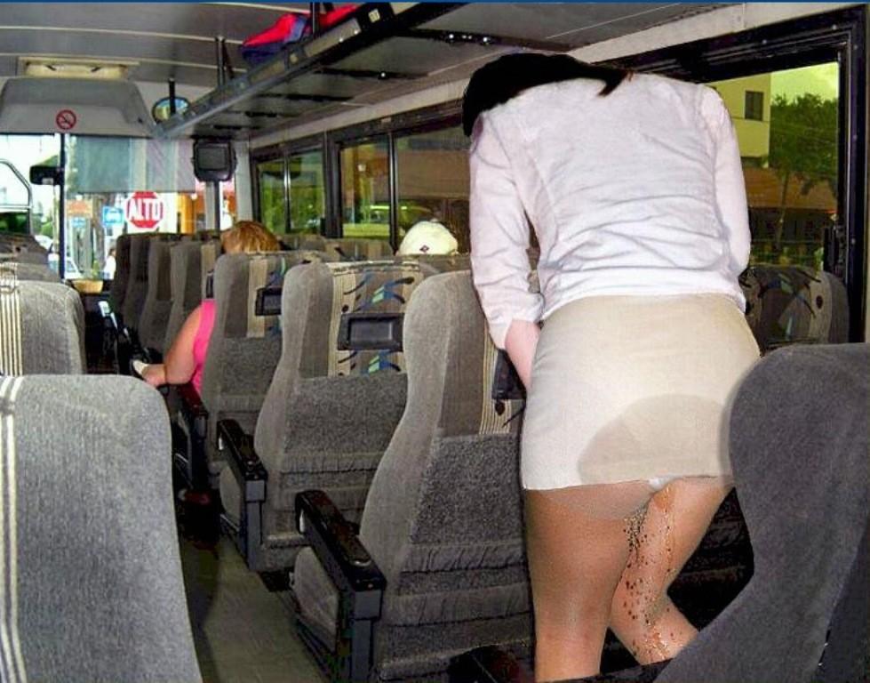 観光バス内で勢いよくお漏らしする女性!