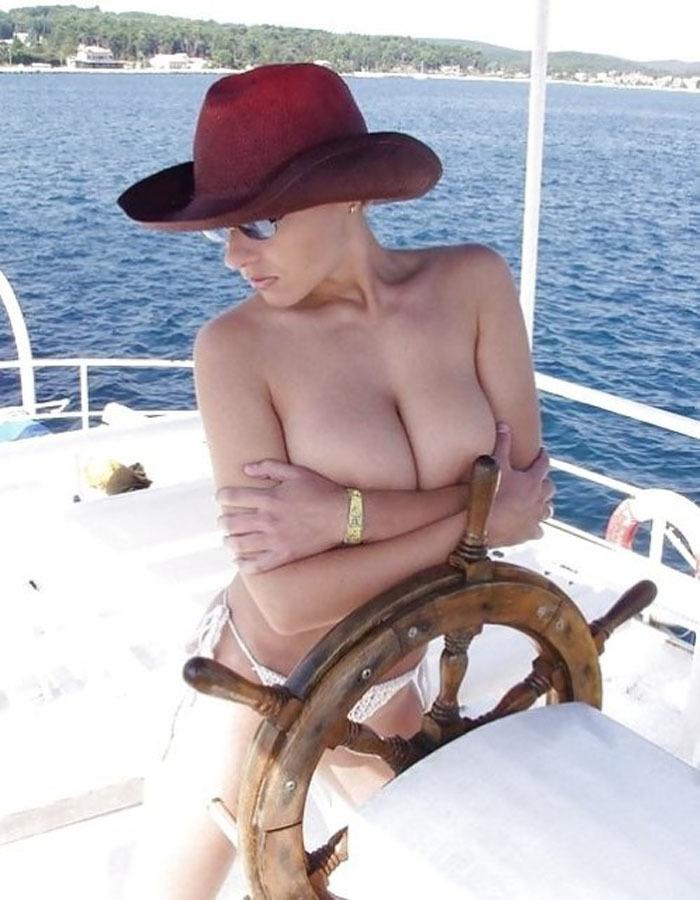 トップレス姿でボートを運転してる巨乳外人!