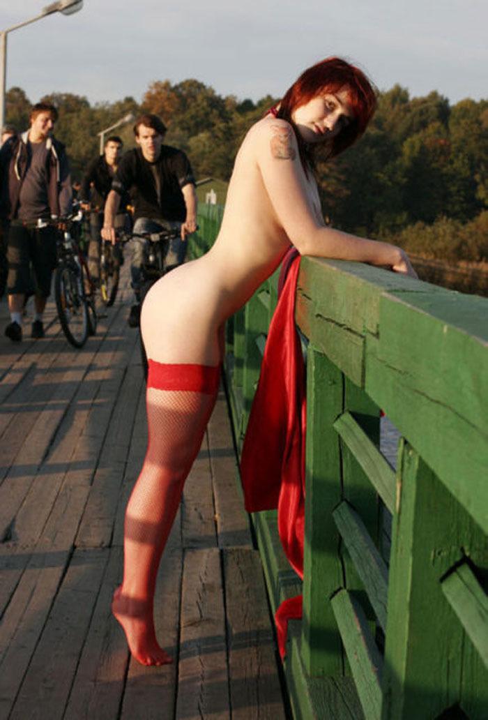 橋の上の人通りもある場所で露出する変態外人!