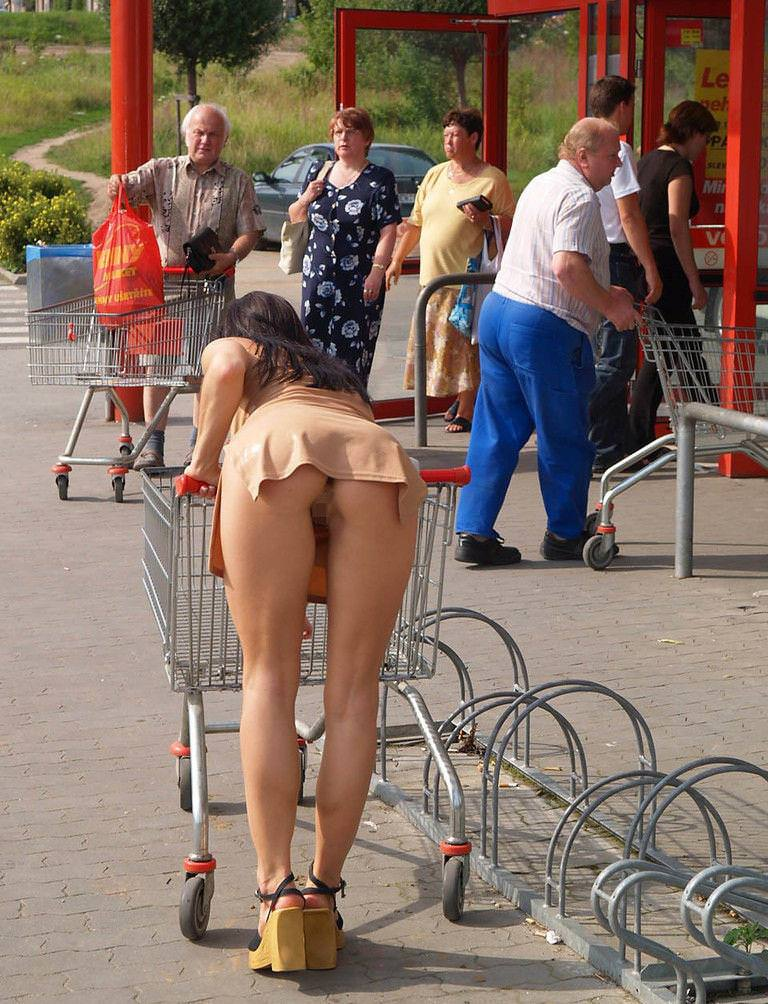 ノーパンでお尻を露出して買い物する外人!