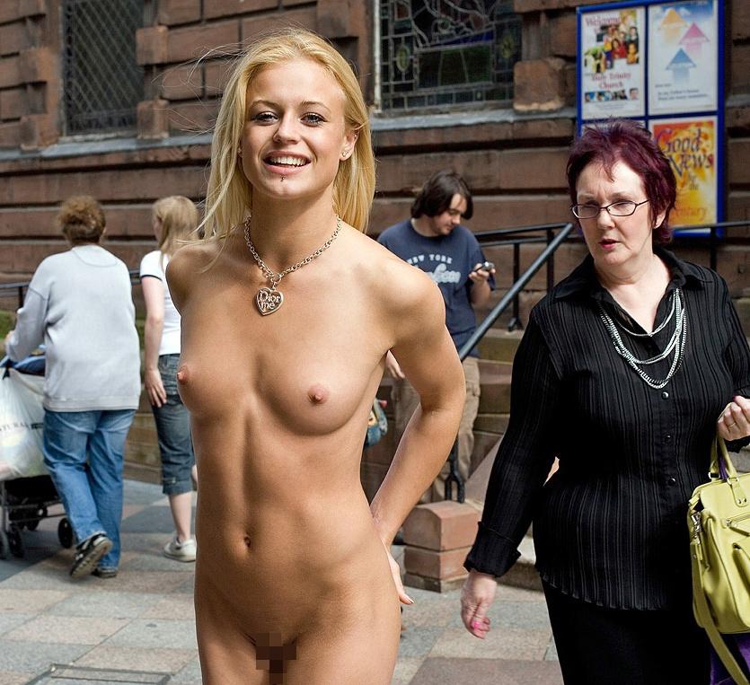 街中で堂々とおっぱいを晒す金髪美女!