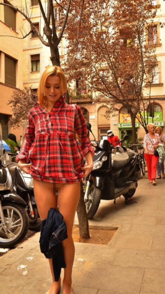 街中でズボンを脱いでマンコを晒す金髪美女!