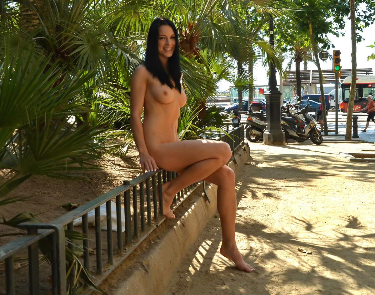 スタイル抜群の海外美女が野外露出してる!
