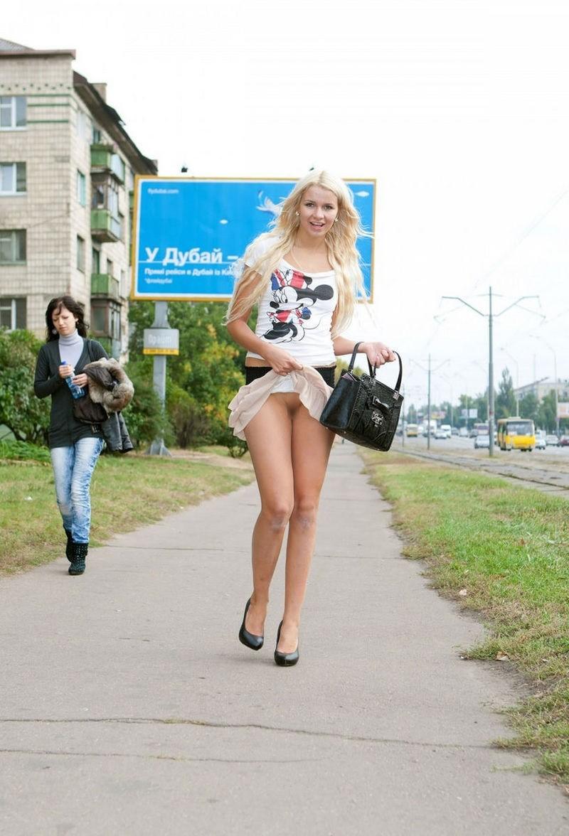 変態美女がスカート捲ってマンコ晒しながら歩いてる!