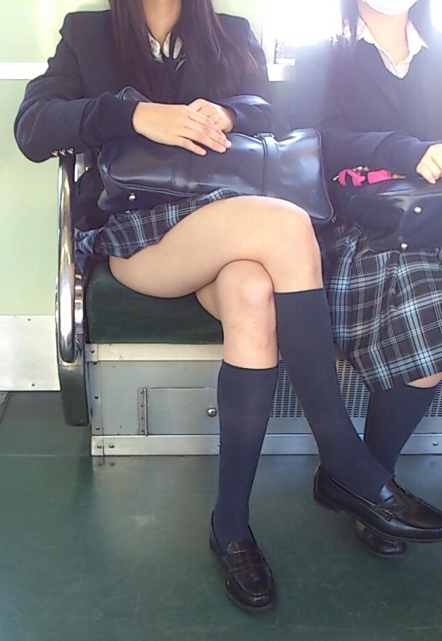 電車内で足組みして太もも露出してる女子校生!