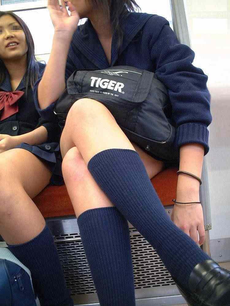 電車で足組みとか恥じらい無さすぎだろ!