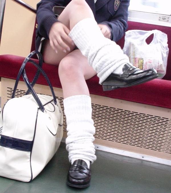 電車内で太もも丸出しで足組みしているJK!