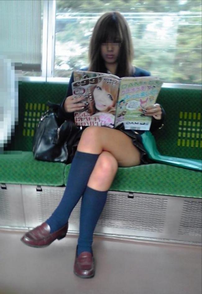 ファッション雑誌を読むJKの美脚を盗撮!