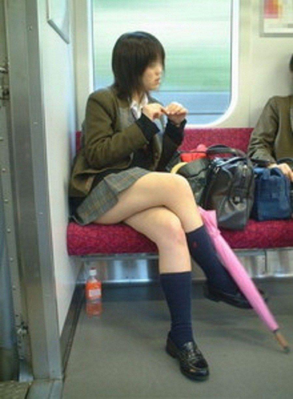 電車の中で足組みするJKの色気が半端ない!