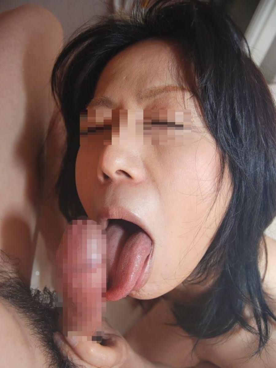 イヤらしく舌を伸ばしてフェラチオ!