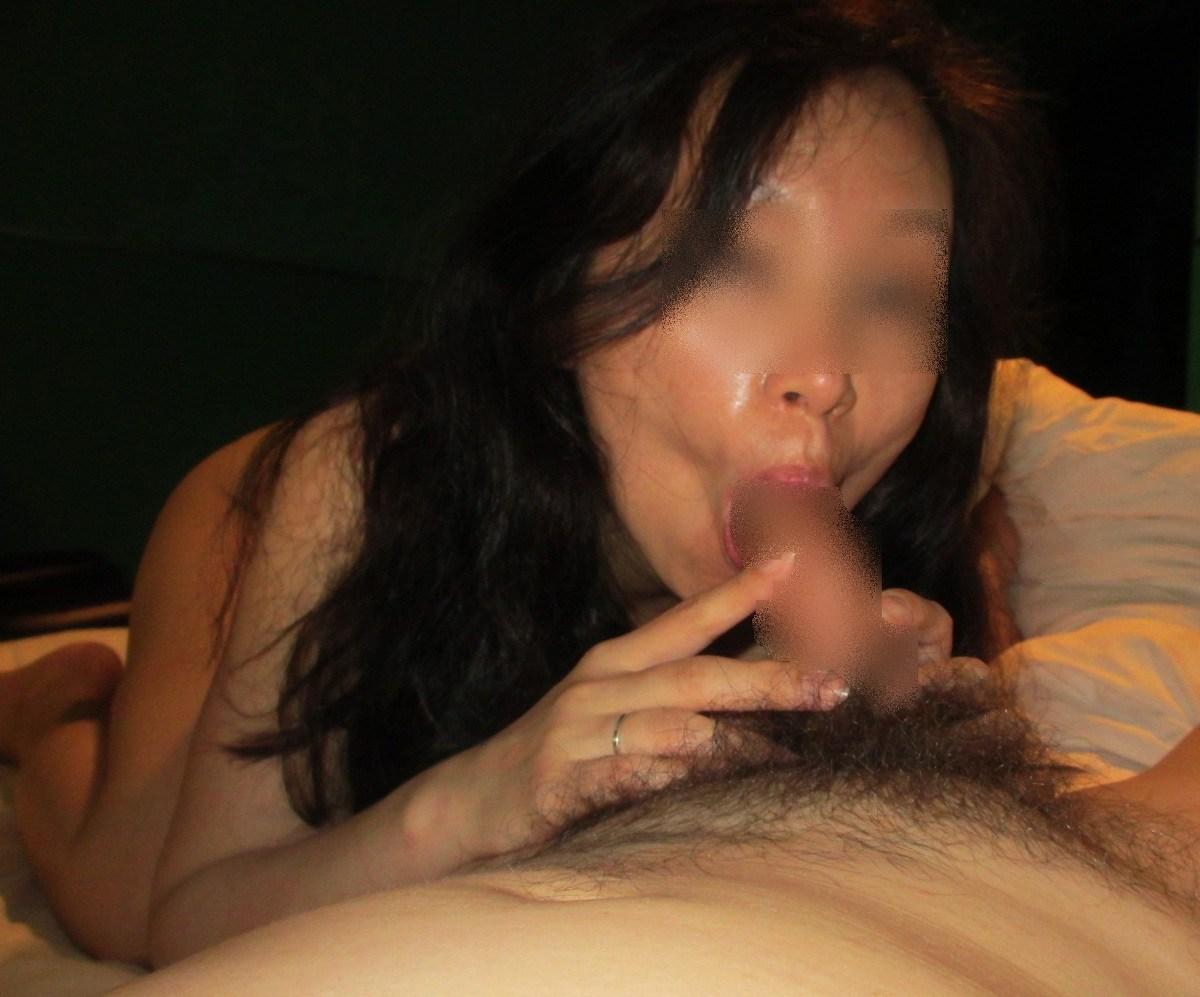 チンポをパックリ咥える淫乱熟女!