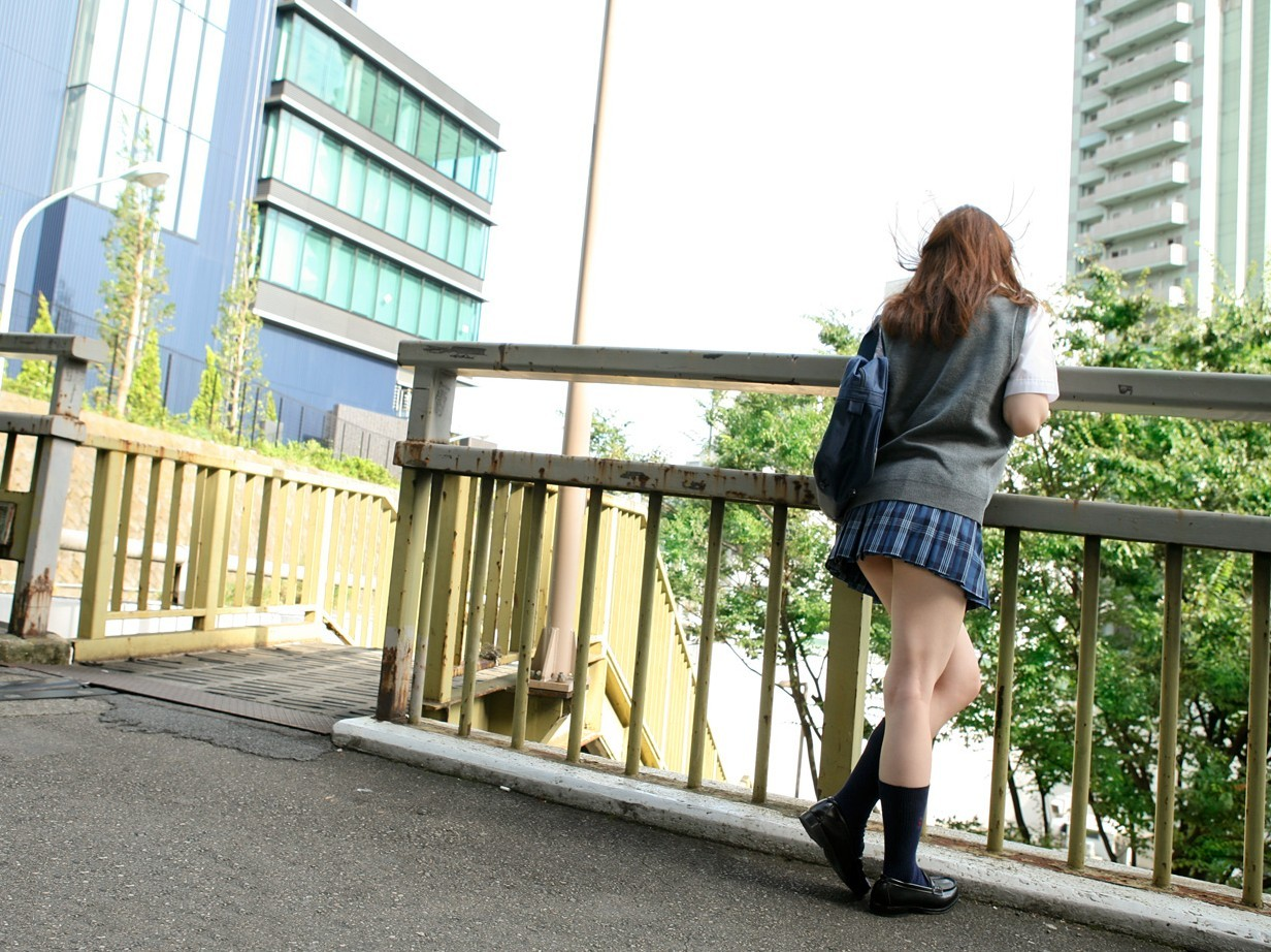 歩道橋にいる女子校生の美脚を撮影!