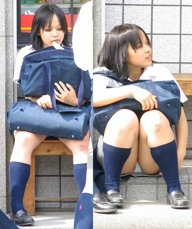 M字開脚で見せる女子校生のしゃがみパンチラ!