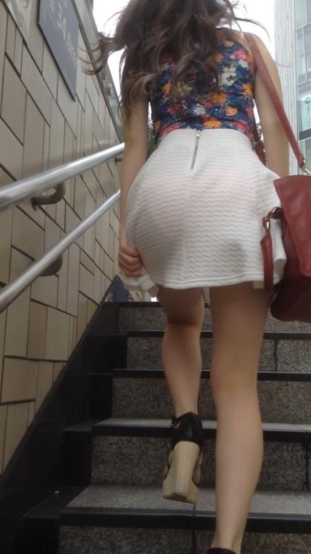 階段を上がる時、お尻をガン見する!