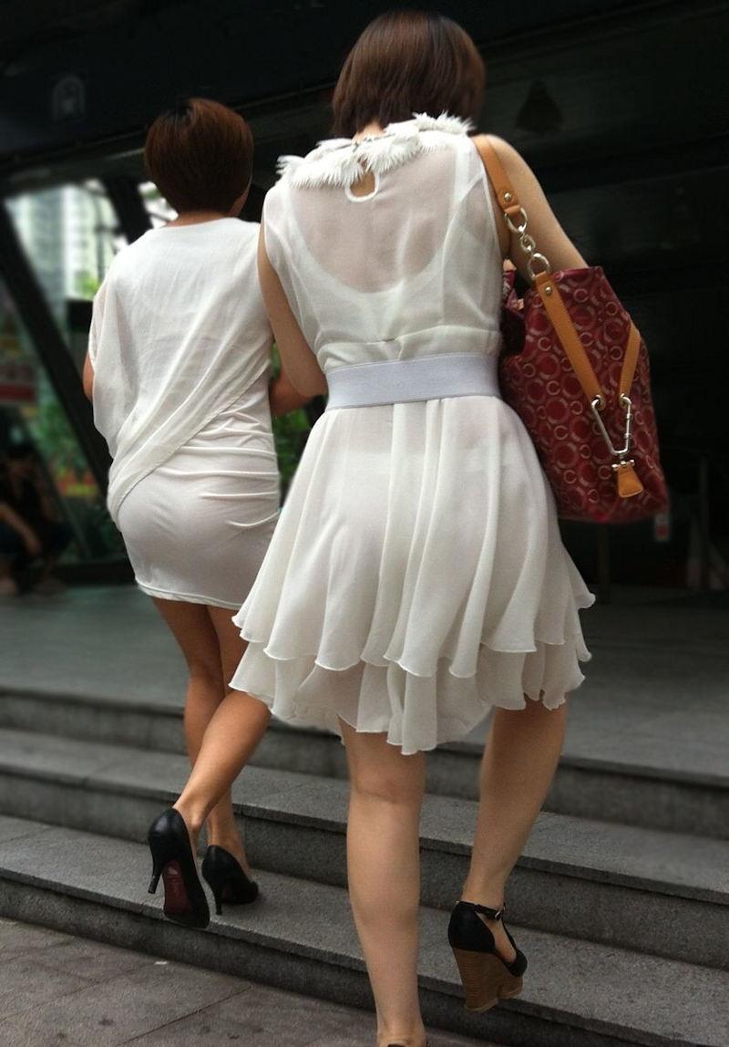 薄いスカート履いて下着がスケスケ!