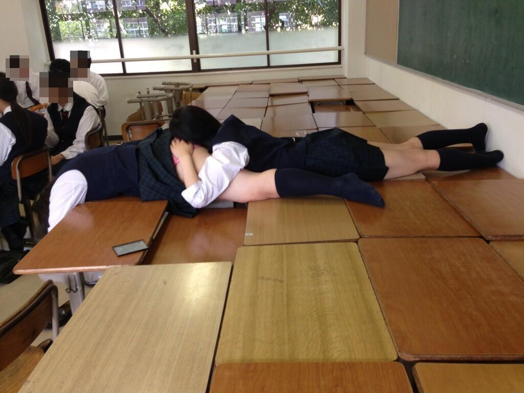 同級生のスカートを捲りお尻に顔を埋める!