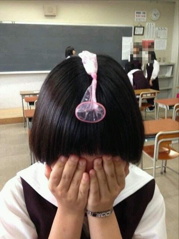 コンドームを頭にのせる女子校生!