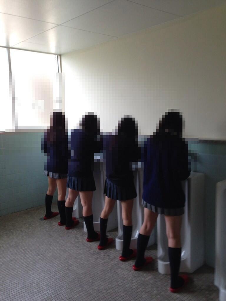 男子トイレで立ちションする器用なJK!