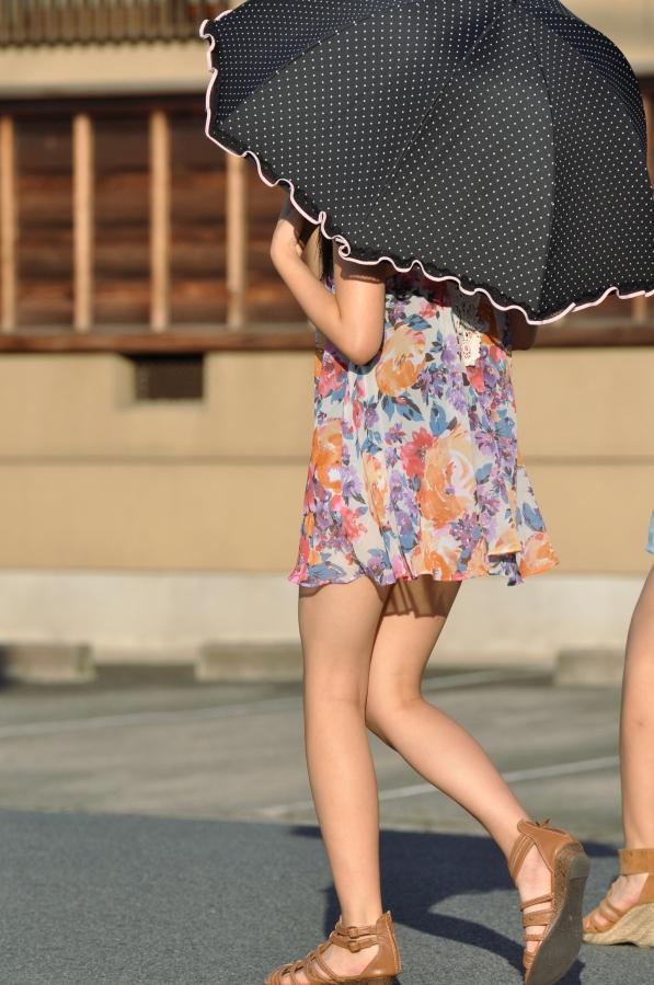 日傘をさしたお姉さんの美脚!