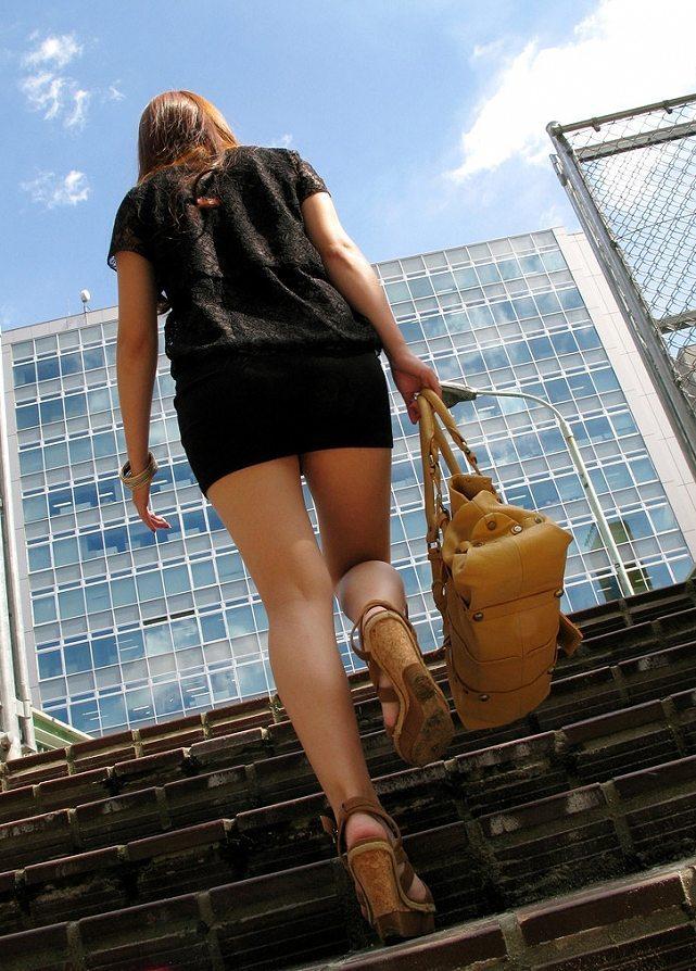 階段下から見上げるミニスカ美脚!