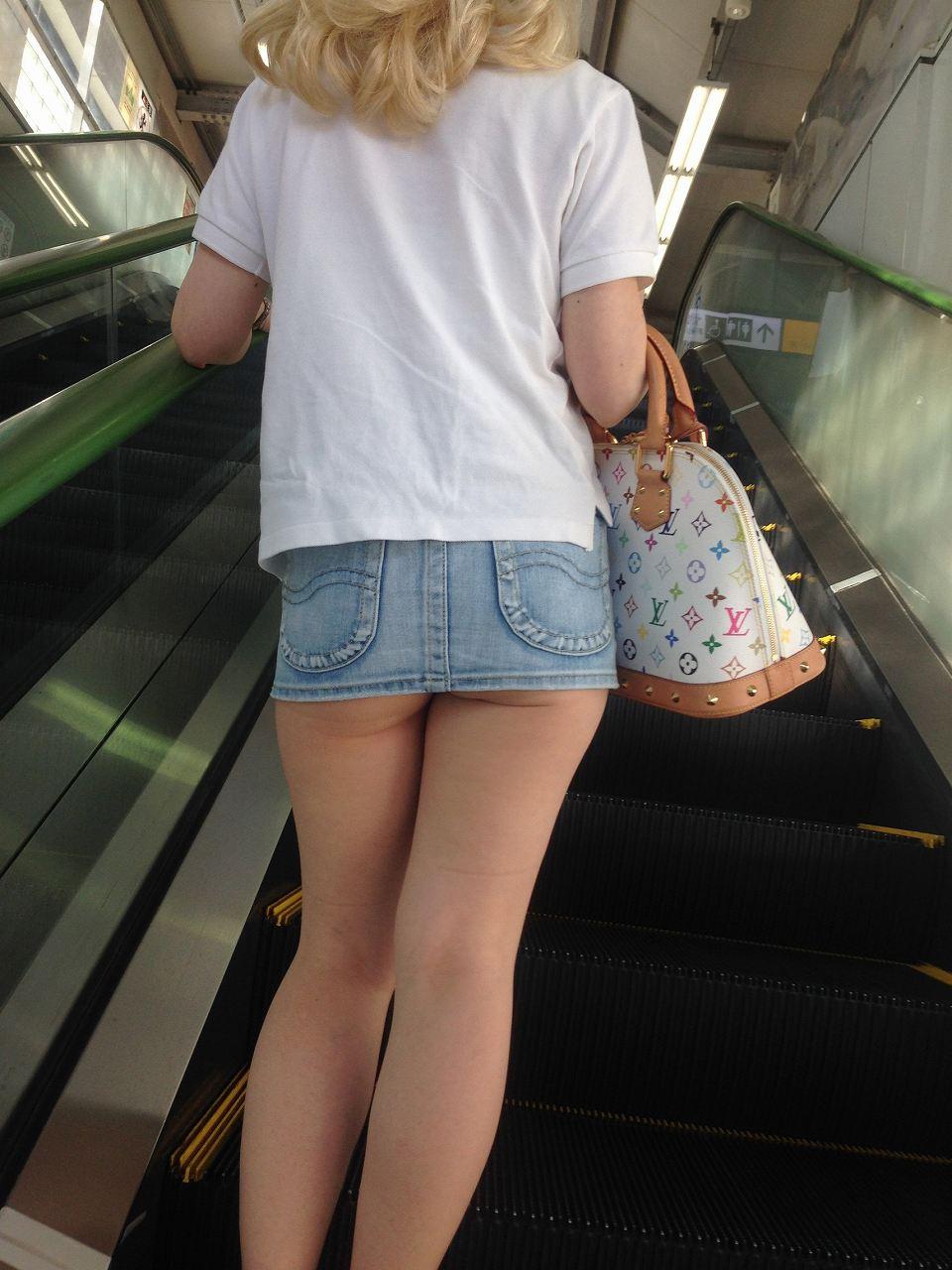 超ミニスカートで尻肉が少しハミ出る!