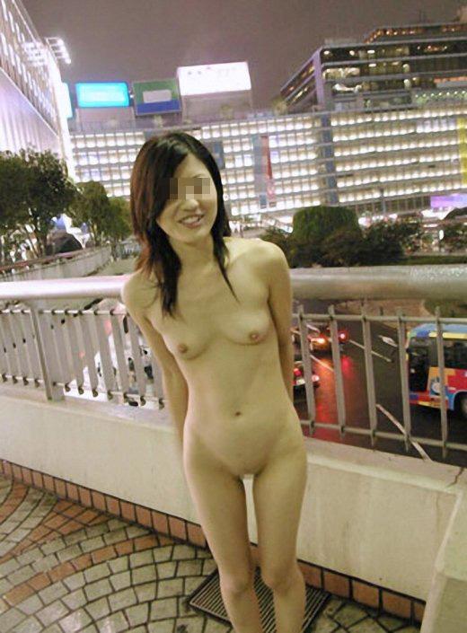 歩道橋の上を全裸になる素人娘!