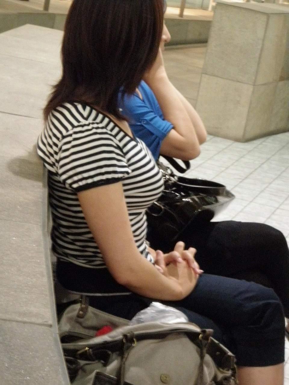 ベンチに座る着衣巨乳のお姉さん!