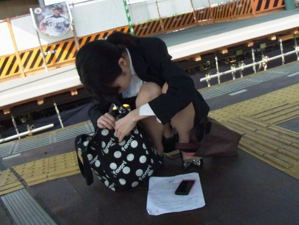 駅構内でOLさんのパンチラ盗撮!