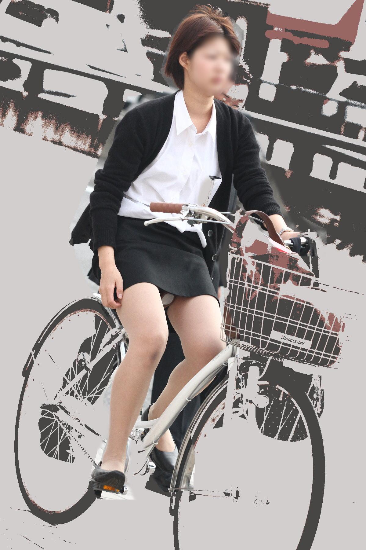 自転車通勤のOLさんのパンチラ盗撮!