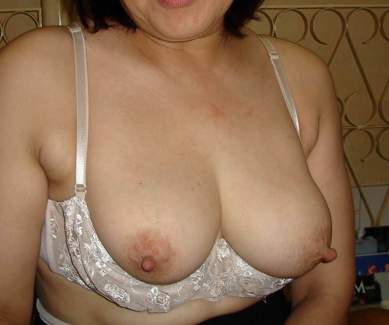 ブラから飛び出た熟女の巨乳おっぱい!