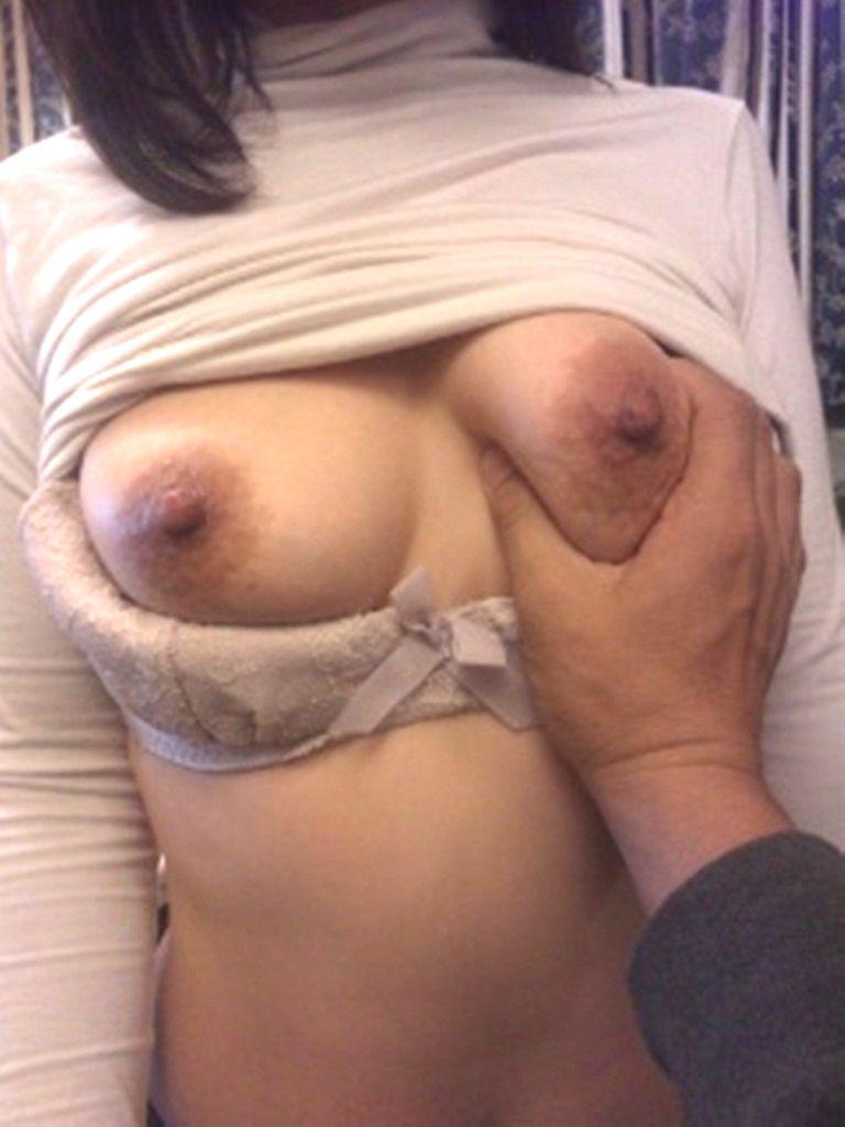 おばさんの弛んだ垂れ乳を鷲掴み!