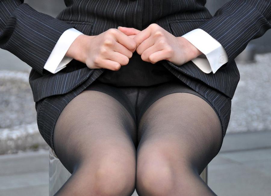 タイトスカートの奥に見える透けパンツに釘付け!