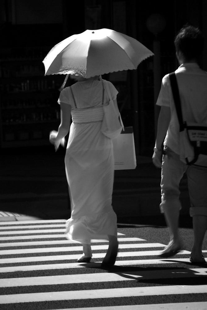 日傘をさしてる女性を赤外線カメラで隠し撮り!
