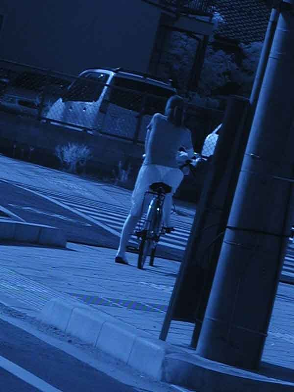 自転車に乗ってる女性を狙って赤外線カメラで覗く!