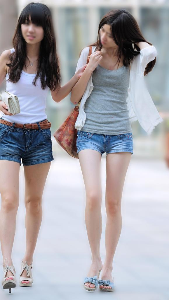ショートパンツ履いてる美女たちの美脚に釘付け!