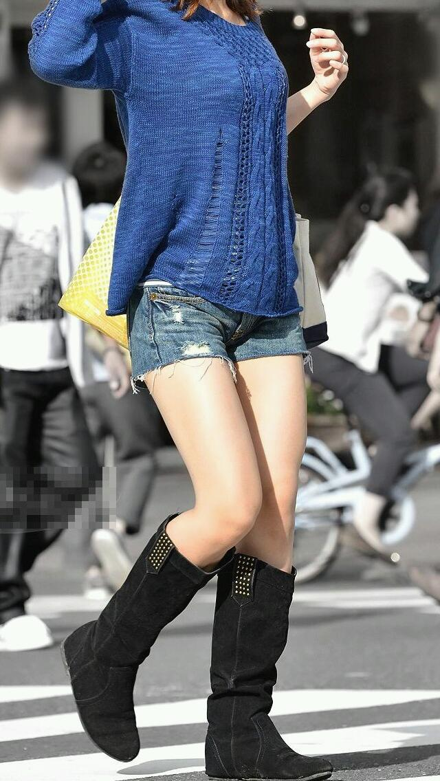 スリムな美脚がかなり目立つホットパンツ美女!