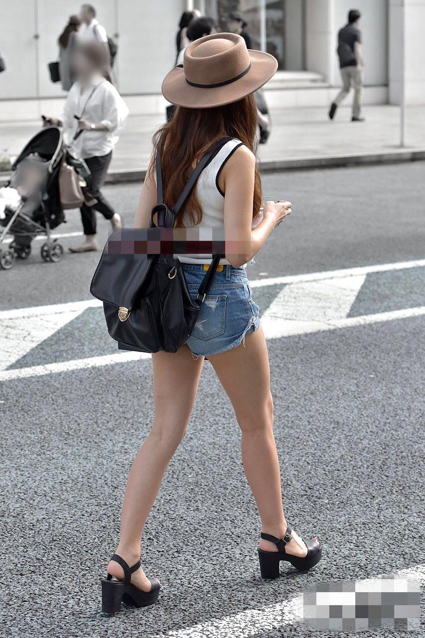 ホットパンツ履いて美脚を曝け出す美女が好き!