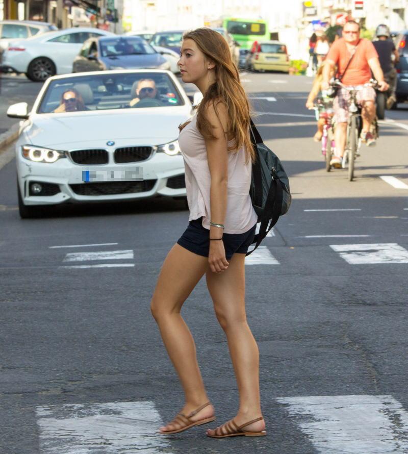 スレンダーな外国人女性の着衣巨乳!