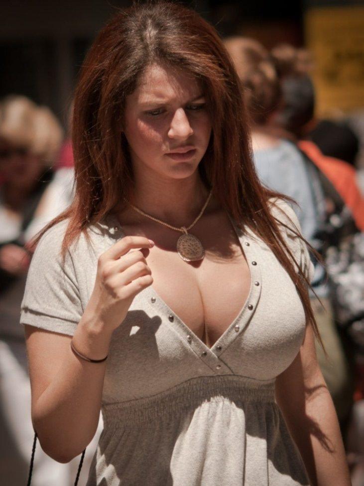 おっぱいが溢れてきている着衣巨乳が堪らん!