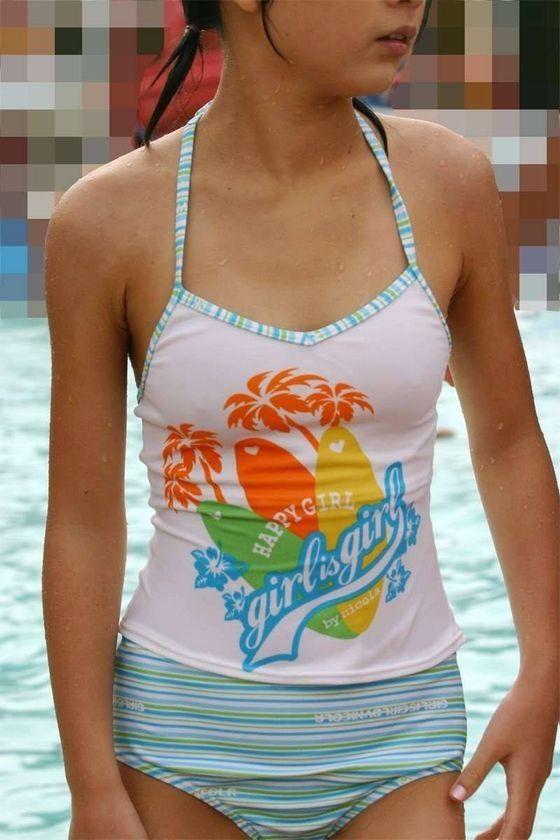 ロリ少女の乳首が透けてそうな胸元に興奮!